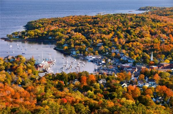 Camden, Maine: Được miêu tả là nơi núi và biển gặp nhau, thị trấn nhỏ bé này ngoài bề dày lịch sử lâu dài còn níu giữ chân khách với phong cảnh thiên nhiên tuyệt đẹp, đặc biệt vào mùa thu.