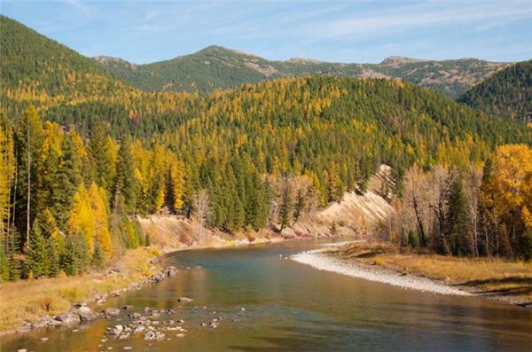 West Glacier, Montana: Dù khu vực này khá hoang sơ và ít người biết đến, nhưng cảm giác chung của những ai từng đặt chân đến đây đó là choáng ngợp trước núi rừng, sông suối hùng vĩ cùng tầng tầng lớp lớp rừng cây, đặc biệt khi chúng đến mùa thay lá.