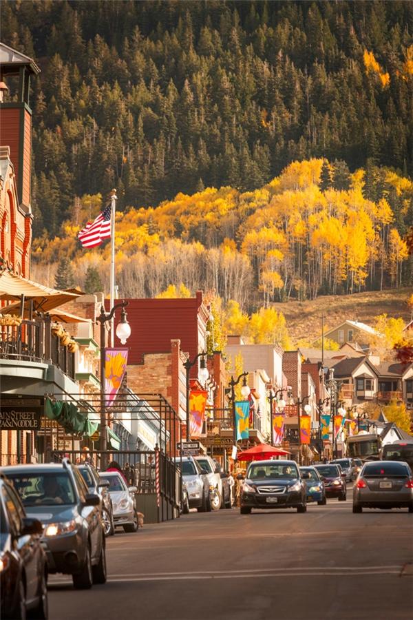 Park City, Utah: Hãy tranh thủ ghé thăm nơi đây vào mùa thu, khi những triền núi còn đang thay sang màu áo vàng rực rỡ, trước khi đông đến mang theo từng lớp tuyết dày phủ trắng xóa khắp mọi miền.