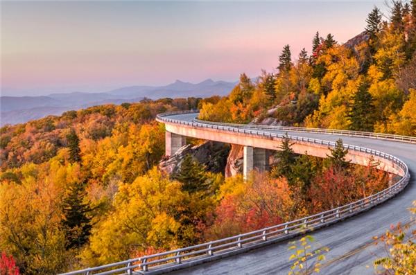 Cherokee, Bắc Carolina: Thị trấn này nằm ngay cửa ngõ Vườn quốc gia Dãy núi Great Smoky, tọa lạc tại điểm cực bắc của Đại lộ Blue Ridge với cung đường cong vút, uốn lượn quanh những triền núi quanh co, ngập tràn trong sắc đỏ mỗi khi thu tới.