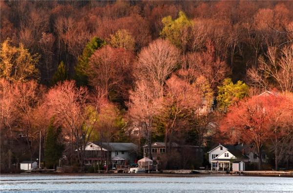 Mountain Lakes, New Jersey: Với hàng loạt dãy hồ nhân tạo như Birchwood Lake, Crystal Lake, Mountain Lake, Sunset Lake, Wildwood Lake, và Cove Lake, sẽ không có thứ bình yên nào sánh bằng được thả mình giữa dòng nước êm ả và ngắm lá thu ở nơi đây.