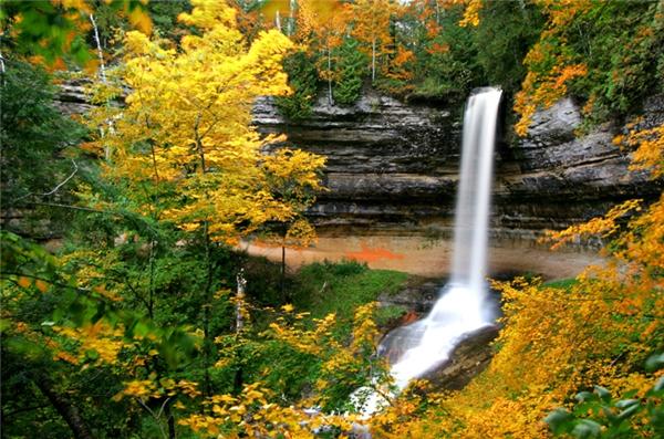 Munising, Michigan: Với những cánh rừng, núi đá, thác nước, và nhất là những tán lá rộ vàng trong tiết thu, Munising được thiên nhiên ban tặng cho những gì đẹp nhất mà một thị trấn hoang sơ như nó có thể nhận được.