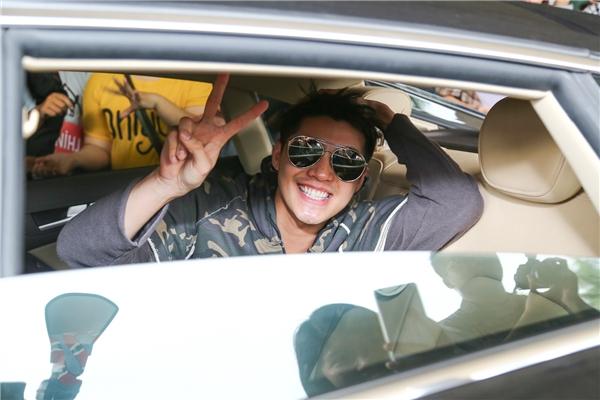 Noo Phước Thịnh nhanh chóng di chuyển lên xe và trở về nhà nghỉ ngơi trước khi bắt tay vào công việc tiếp theo. - Tin sao Viet - Tin tuc sao Viet - Scandal sao Viet - Tin tuc cua Sao - Tin cua Sao