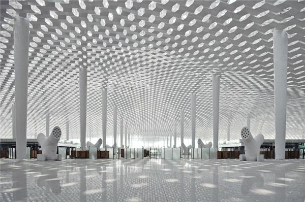 Quan cảnhcực kì ấn tượngbêntrong sân bay Bảo An khiến du khách nào lần đầu bước tới không khỏi choáng ngợp. Trần nhà được thiết kế độc đáo với vô số ô đèn và khoảng trống hình lục giác, trônggiống như một tổ ong phát sáng.
