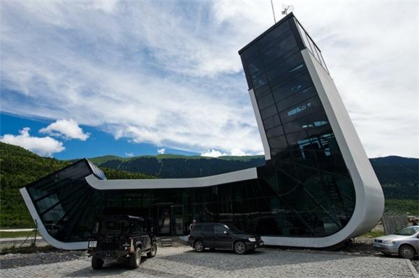 Sân bayQueen Tamar ởMestia, Grudiacó hình dáng một con tàu vũ trụ vừa hạ cánh.