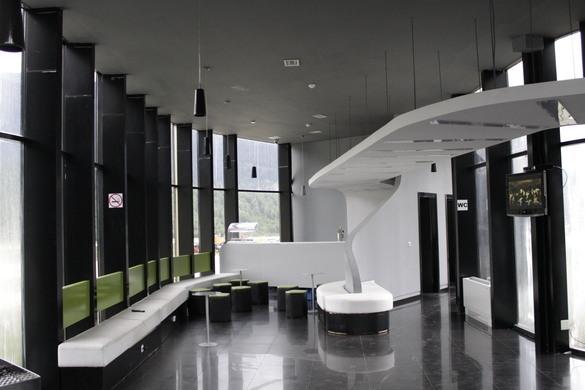 Thiết kế bên trong sân bay khá đơn giản với hai màu đen trắng chủ đạo.