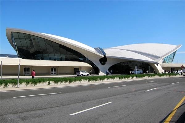 Sân bay John F. Kennedynổi tiếng là sân bay trung tâm quốc tế hàng đầu của Thành phố New York và Hoa Kỳ. Hiện có gần 100 hãng hàng không từ 50 quốc gia đang hoạt động bay thường xuyên thông qua sân bay này.
