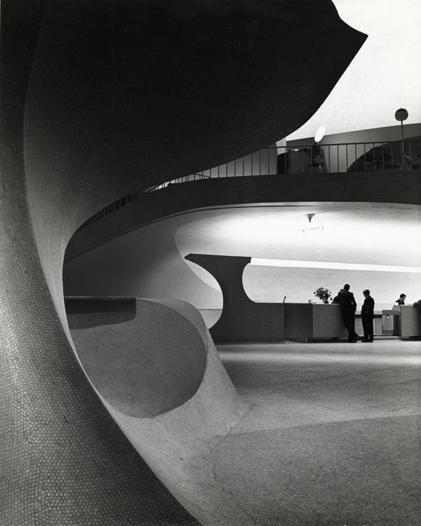 Thiết kế bên trong sân bay JFK vô cùng độc đáo vớinhững bức tường uốn lượn đầy nghệ thuật.