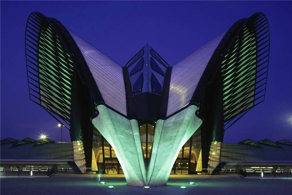 Sân bay quốc tếLyon-Saint Exupéry, Pháp được đặt theo tên của một phi công kiêm nhà văn Antoine deSaint Exupéry.Mái vòm được kiến trúc sư Santiafo Calatrava thiết kế và làđiểm nhấn kiến trúcđáng chú ý nhất của sân bay này.