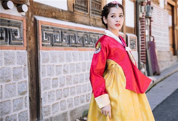 Chi Pu làm tóc và trang điểm ăn ý với bộ trang phục truyền thống của người Hàn Quốc, tôn gương mặt xinh đẹp của nữ diễn viên. - Tin sao Viet - Tin tuc sao Viet - Scandal sao Viet - Tin tuc cua Sao - Tin cua Sao