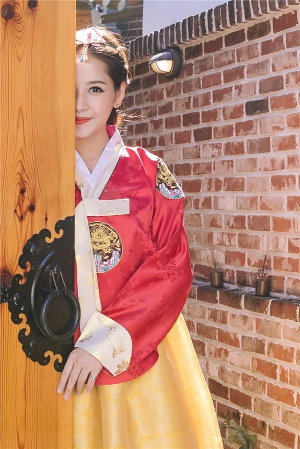 """Chọnbộ hanbok tông màu đỏ vàng, Chi Pu được khen như một """"tiểu công chúa"""" đi lạc giữa làng cổ Hanok Bukchon – một làng nghề truyền thống có lịch sử lâu đời tại Hàn Quốc. - Tin sao Viet - Tin tuc sao Viet - Scandal sao Viet - Tin tuc cua Sao - Tin cua Sao"""