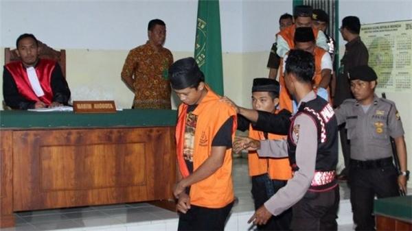 Nghi can tại phiên tòa xét xử vụ cưỡng hiếp bé gái 14 tuổi ởtỉnh Bengkulu.