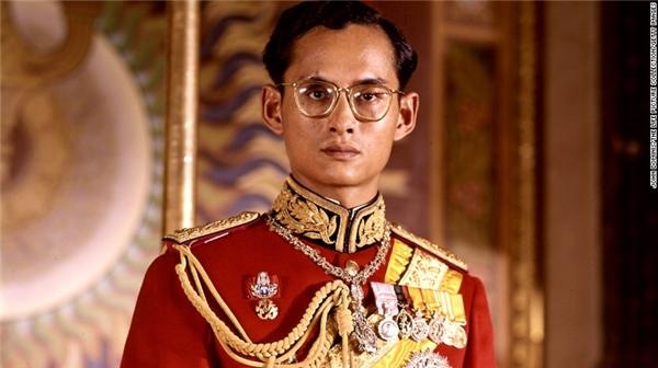 Sau khi anh trai mình qua đời, ôngBhumibol chính thức lên ngôi vua năm 18 tuổi.