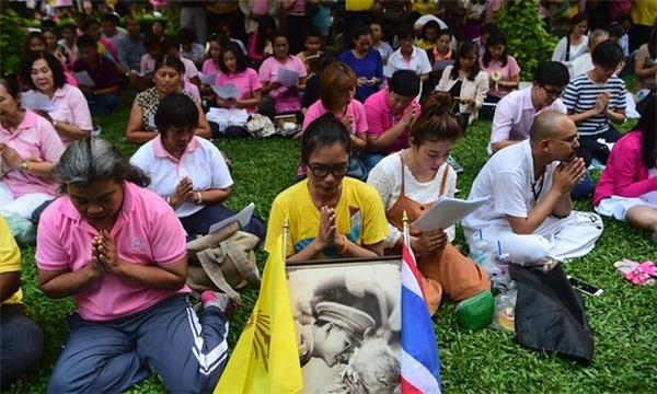 Hơn 1.000 người tập trung trước bệnh viện cầu nguyện cho đức vua.