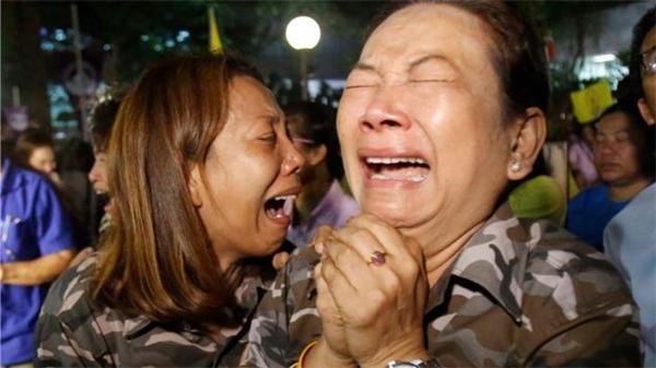 Người dân Thái Lan đồng loạt khóc thương quốc vương vừa băng hà