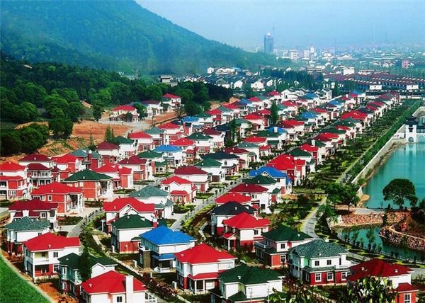 LàngHoa Tây nằm ở trấn Hoa Sỹ, phía Đông thành phố Giang Âm, tỉnh Giang Tô, Trung Quốc.