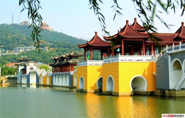 Mỗi năm ngôi làngđón tiếp tới hơn 2 triệu lượt du khách đến tham quan.