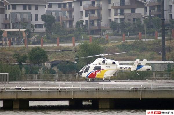 Làng còn có riêng một công ty hàng khôngchuyên phục vụ du lịch và cấp cứu.