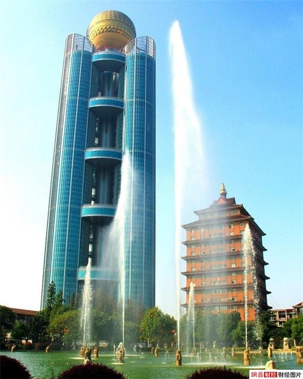 Tòa nhà khách sạn Long Tây cao 328m được khánh thành vào dịp kỷ niệm 50 năm thành lập ngôi làng Hoa Tây.