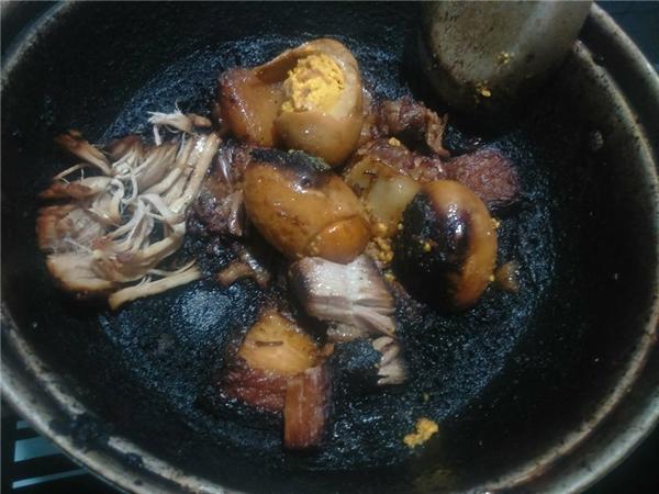 Thịt kho trứng dần hóa thành than.(Ảnh: Internet)