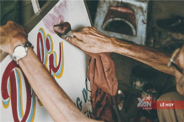 Xót xa nghề vẽ bảng hiệu dần mai một, dù người họa sĩ vẫn nặng tình