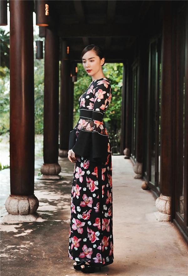 Thiết kế của Adrian Anh Tuấn cũng không kém phần cá tính, trẻ trung, lấy cảm hứng từ hoạ tiết hoa, kiểu dáng đặc biệt ấn tượng ở phần tay phồng và eo giúp người mặc tôn vẻ duyên dáng, quyến rũ.