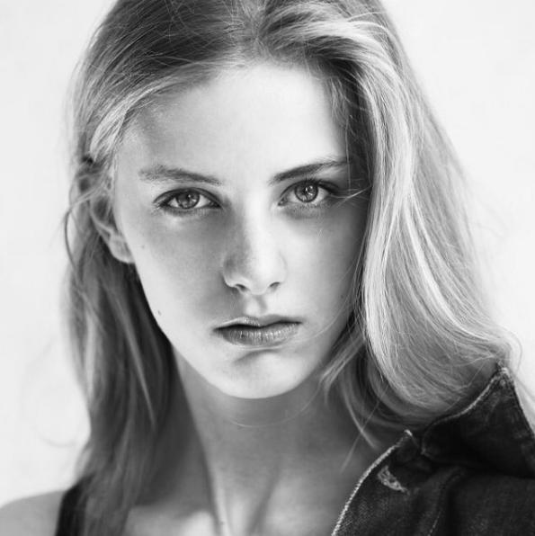 Deborah khiến người đối diện thu hút mạnh mẽ bởi đôi mắt sâu có hồn và đường nét gương mặt cực kì sắc sảo.