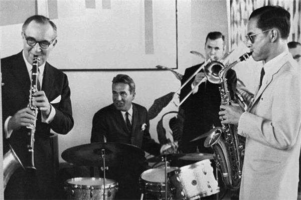 Quốc vương Bhumibol trình diễn nhạc jazz thời còn trẻ. (Ảnh: Internet)