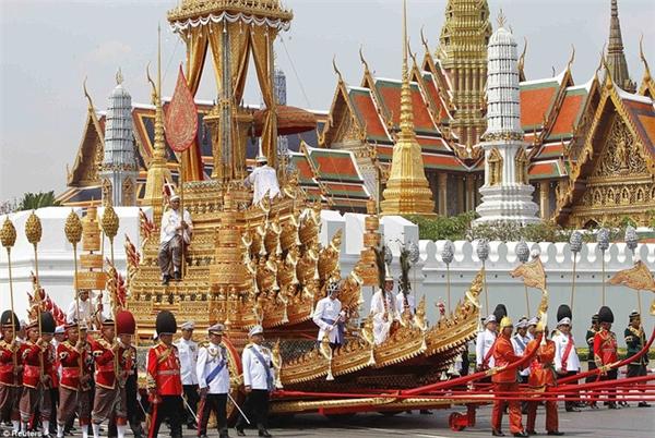 Binh sĩ tham gia rước linh cữu của vị hoàng tộc đã khuất đến quảng trường Sanam Luang. (Ảnh minh họa)
