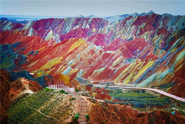 Núi Cầu Vồng tại Công viên địa chấtZhangye Danxia, Trung Quốc.