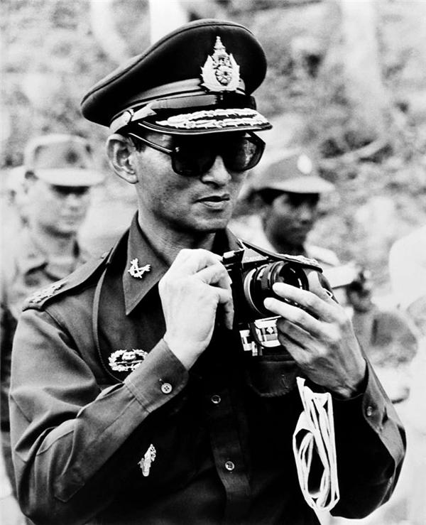 Bức ảnh Quốc vương Bhumibol Adulyalej đang chụp ảnh trong chuyến công du đến Campuchia vào ngày 7/7/1980. (Ảnh: Internet)