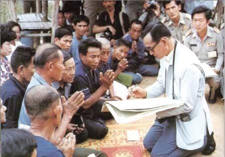 Với ba vật dụng nhỏ bé cùng tài trí, đức độ, Quốc vương Bhumibol đã tạo nên kì tích cho Thái Lan.(Ảnh: Internet)