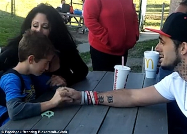 Hay tin mẹ qua đời, cậu bé Cameron bật khóc đầy đau đớn.(Ảnh cắt từ clip)