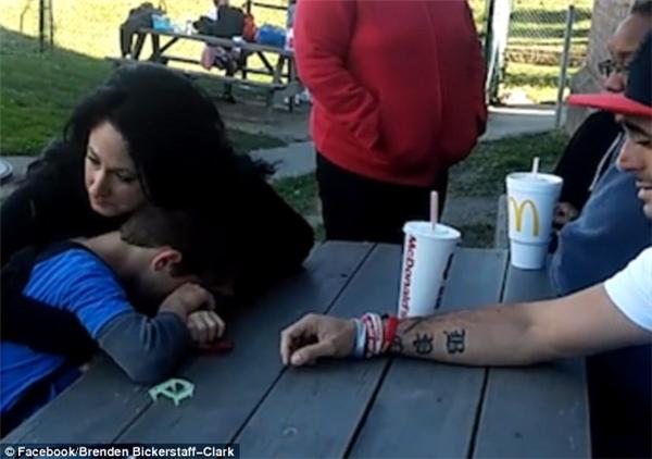Cô bạn của anh Bickerstaff-Clark an ủi cậu bé, không biết phải nói gì.(Ảnh cắt từ clip)