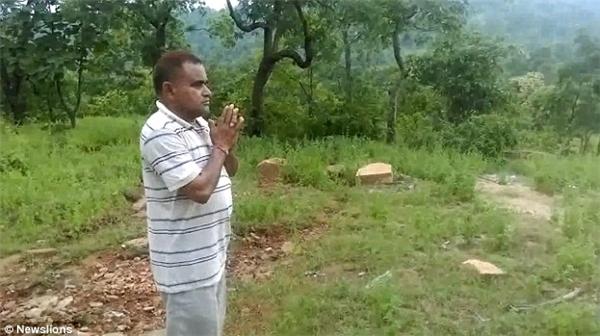 Cảnh ông Khan cầu nguyện vào cuối clip.(Ảnh: Newslions)