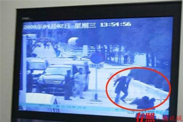 Trước hành vi uống rượu khi lái xe và rời khỏi hiện trườngsau khi gây tai nạn,Châu Kiệt bị kết án 5 ngày tù giam và xử phạt hành chính.
