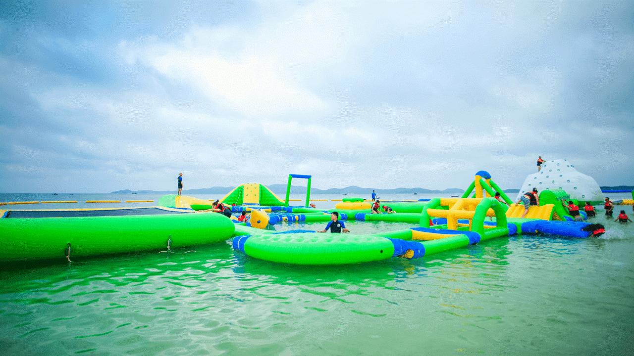 Nhà phao trên mặt nước