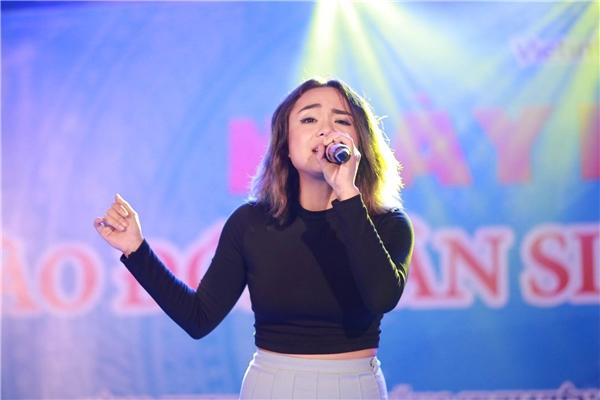 Thái Trinh không hề kém cạnh khi biểu diễn live ca khúc mới toanh Dành cho anh