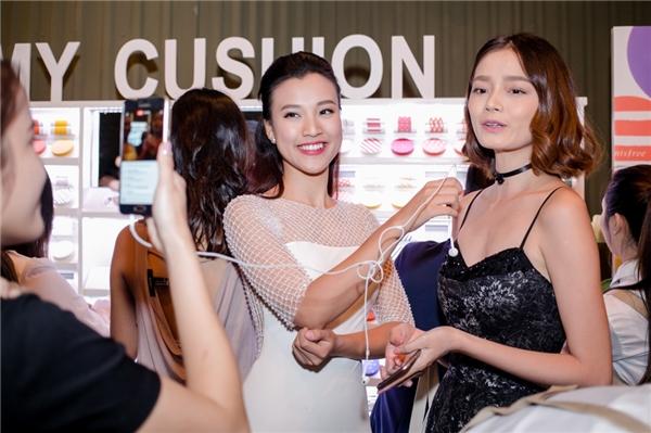 Đảm nhận vai trò MC, Hoàng Oanh mang đến sự kiện không khí tươi vui, năng động. Cô liên tục đi tham khảo ý kiến khách mời, nhận xét về nhãn hàng mỹ phẩm mới đến từ Hàn Quốc. - Tin sao Viet - Tin tuc sao Viet - Scandal sao Viet - Tin tuc cua Sao - Tin cua Sao