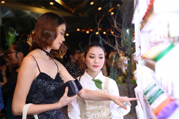 Người mẫu Hoàng Oanh khá chăm chú chọn lựa các sản phẩm yêu thích - Tin sao Viet - Tin tuc sao Viet - Scandal sao Viet - Tin tuc cua Sao - Tin cua Sao