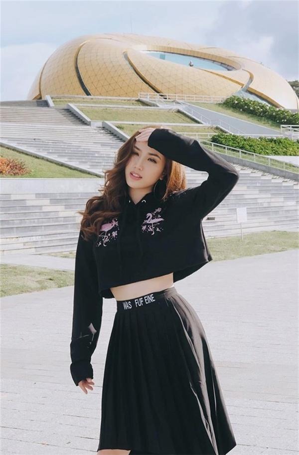 Trên nền đen, họa tiết màu hồng nhạt giúp bộ trang phục của Bảo Thy trở nên thu hút hơn.