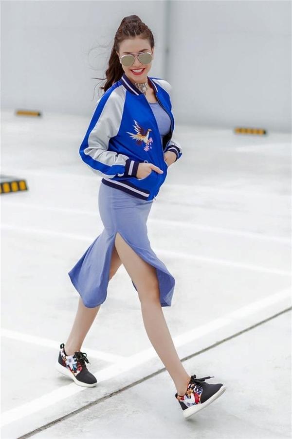 Hoàng Thùy Linh, Trà Ngọc Hằng cùng lăng xê bomber jacket họa tiết in, thêu đang là xu hướng được ưa chuộng bậc nhất. Không riêng nữ giới mà các chàng trai cũng đang mê mẫn loại trang phục này.