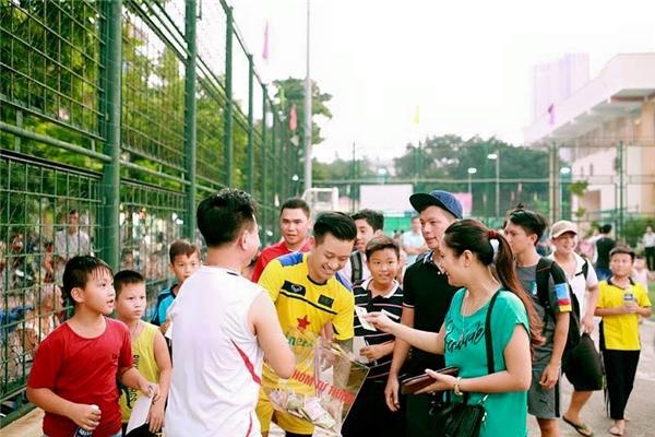 Những trận bóng từ thiện đều diễn ra mỗi khi Tuấn Hưng trống lịch diễn - Tin sao Viet - Tin tuc sao Viet - Scandal sao Viet - Tin tuc cua Sao - Tin cua Sao