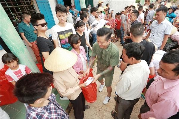Tuấn Hưng và những người bạn trong một chuyến đi giúp đỡ bà con gặp thiệt hại cá chết tại Quảng Bình - Tin sao Viet - Tin tuc sao Viet - Scandal sao Viet - Tin tuc cua Sao - Tin cua Sao