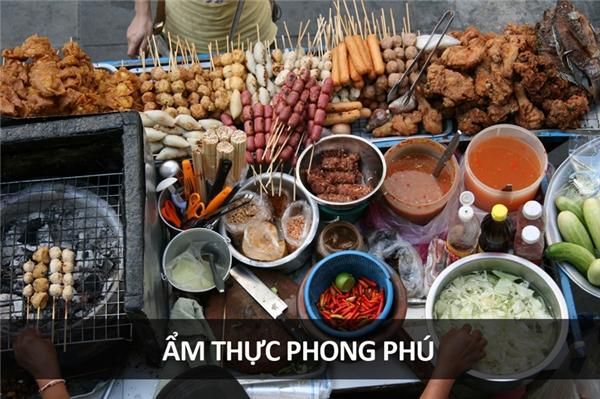 Ẩm thực Thái Lan hiện nổi danh khắp thế giới vì sự phong phú, đa dạng và đặc sắc của mình. Ẩm thực đường phố cũng rất bắt mắt với các món như goong ten (salad tôm sống), larb mote daeng (kiến đỏ bụng trứng), baak bpet (mỏ vịt), hay mok huak (nòng nọc chấm nước mắm).