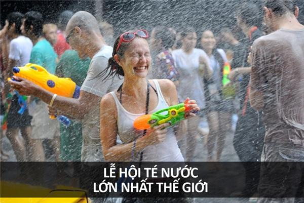 Songkran là một trong những lễ hội té nước lớn nhất thế giới, diễn ra vào tháng 4 hàng năm ở Thái Lan, thời điểm nóng nhất trong năm. Đây cũng là dịp để người dân thanh tẩy cơ thể lẫn nhà cửa, đồng thời báo hiệu Năm Mới của người Thái.