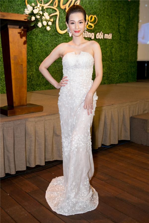 MC Quỳnh Chi diện váy trắng tinh khôi, khoe vai trần gợi cảm đến tham dự chương trình. - Tin sao Viet - Tin tuc sao Viet - Scandal sao Viet - Tin tuc cua Sao - Tin cua Sao