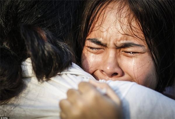 Giọt nước mắt đầm đìa của cô gái khiến ai cũng nghẹn ngào.