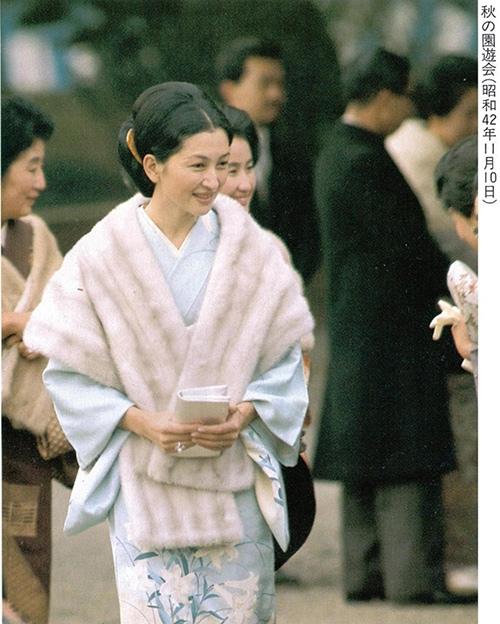 Hơn 80 tuổi, hoàng hậu Nhật Bản vẫn mặc đẹp vượt thời gian