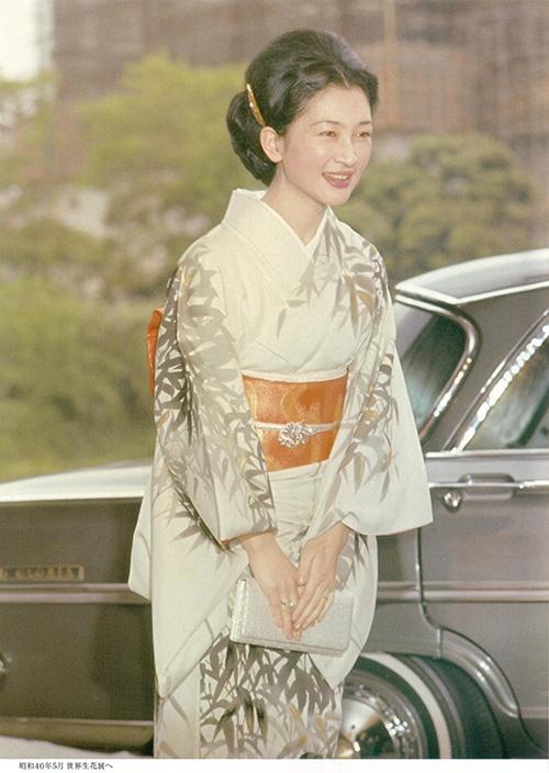 Trang phục kimono truyền thống của bà Michiko luôn mang vẻ nền nã, thanh lịch mà quyền quý, phù hợp với phong thái nhẹ nhàng, hiền hậu của một quốc mẫu.
